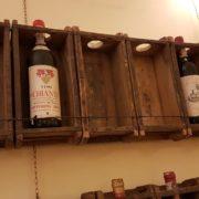 Pannello porta bottiglie realizzato unendo sei antichi stampi in legno per mattoni. Il frontale. Mobili country Siena e Firenze