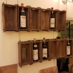 Pannello porta bottiglie realizzato unendo sei antichi stampi in legno per mattoni. Mobili country Siena e Firenze
