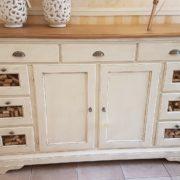 Credenza dispenza, porta pasta in legno tiglio massello, laccata bianca con piano in legno.Frontale. Mobili country Siena e Firenze