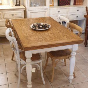 Tavolo allungabile con base laccata a mano e piano in legno di rovere anticato naturale.Mobili country Siena e Firenze