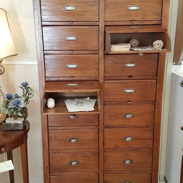 Cassettiera schedario in legno di tiglio massello a sedici cassetti, di cui otto superiori ribaltabili. Arredamento classico contemporaneo