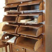 Cassettiera schedario in legno di tiglio massello a sedici cassetti, di cui otto superiori ribaltabili. Cassetti ribaltabili. Arredamento classico contemporaneo