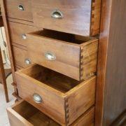 Cassettiera schedario in legno di tiglio massello a sedici cassetti, di cui otto superiori ribaltabili. I cassetti inferiori. Arredamento classico contemporaneo