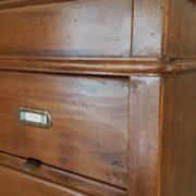 Cassettiera schedario in legno di tiglio massello a sedici cassetti, di cui otto superiori ribaltabili. Particolare del cassetto. Arredamento classico contemporaneo