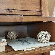 Cassettiera schedario in legno di tiglio massello a sedici cassetti, di cui otto superiori ribaltabili. Uno dei cassetti ribaltabili. Arredamento classico contemporaneo