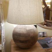 Lampada in legno di mango con base rotonda e paralume in cotone.Accesa.Arredamento classico contemporaneo Siena e Firenze