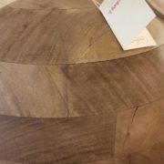 Lampada in legno di mango con base rotonda e paralume in cotone.Particolare base.Arredamento classico contemporaneo Siena e Firenze