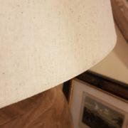 Lampada in legno di mango con base rotonda e paralume in cotone.Particolare cappello.Arredamento classico contemporaneo Siena e Firenze