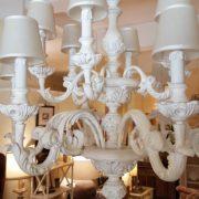 Lampadario in legno intagliato laccato bianco decapè a 12 luci.Arredamento classico contemporaneo Siena e Firenze