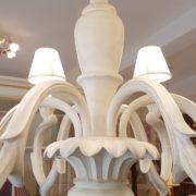 Lampadario in legno intagliato laccato bianco decapè a 6 luci.Particolare .Arredamento classico contemporaneo Siena e Firenze