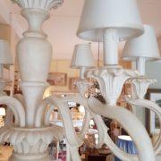 Lampadario in legno intagliato laccato bianco decapè a 6 luci.Particolare bracci e cappellini.Arredamento classico contemporaneo Siena e Firenze