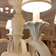 Lampadario in legno intagliato laccato bianco decapè a 6 luci.Particolare cappellino e braccio..Arredamento classico contemporaneo Siena e Firenze