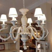 Lampadario in legno intagliato laccato bianco decapè a 6 luci.aAcceso.Arredamento classico contemporaneo Siena e Firenze