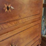 Ribalta antica in noce stile Luigi XVI con intarsi in bois de rose.Particolare intarsio cassetti.Mobili antichi Siena e Firenze