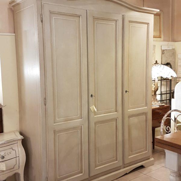 Armadio a tre ante in legno di tiglio laccato a mano.Arredamento classico contemporaneo Siena e Firenze