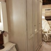 Armadio a tre ante in legno di tiglio laccato a mano.Laterale.Arredamento classico contemporaneo Siena e Firenze