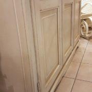 Armadio a tre ante in legno di tiglio laccato a mano.Particolare laterale.Arredamento classico contemporaneo Siena e Firenze