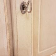 Armadio a tre ante in legno di tiglio laccato a mano.Particolare serratura.Arredamento classico contemporaneo Siena e Firenze