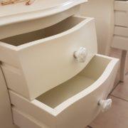 Coppia di tavolini comodini in legno massello di faggio laccati con 2 cassetti.Cassetti aperti.Arredamento classico contemporaneo Siena e Firenze