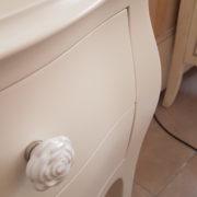 Coppia di tavolini comodini in legno massello di faggio laccati con 2 cassetti.Particolare cassetti.Arredamento classico contemporaneo Siena e Firenze