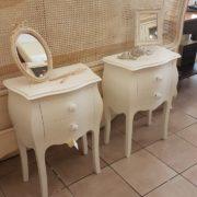 Coppia di tavolini comodini in legno massello di faggio laccati con 2 cassetti.Particolare.Arredamento classico contemporaneo Siena e Firenze