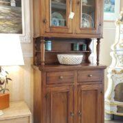 Credenza con alzata a vetrina a due ante e due cassetti.Arredamento classico contemporaneo Siena e Firenze