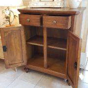 Credenza in legno di tiglio a due ante e due cassetti. Interni.Arredamento classico contemporaneo Siena e Firenze