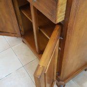 Credenza in legno di tiglio a due ante e due cassetti. Particolare cassetti e ante.Arredamento classico contemporaneo Siena e Firenze