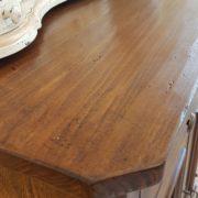 Credenza in legno di tiglio a due ante e due cassetti. Particolare piano.Arredamento classico contemporaneo Siena e Firenze