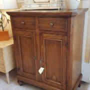 Credenza in legno di tiglio a due ante e due cassetti. Particolare.Arredamento classico contemporaneo Siena e Firenze