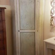 Angoliera in legno di tiglio ad un'anta decorata e laccata a mano.Arredamento contemporaneo su misura Siena e Firenze