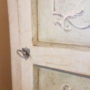 Angoliera in legno di tiglio ad un'anta decorata e laccata a mano.Frontale.Arredamento contemporaneo su misura Siena e Firenze