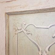 Angoliera in legno di tiglio ad un'anta decorata e laccata a mano.IL decoro.Arredamento contemporaneo su misura Siena e Firenze