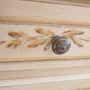 Coppia di comodini laccati a mano in legno di tiglio con cornice a terra e tre cassetti.Particolare decoro.Arredamento contemporaneo su misura Siena e Firenze