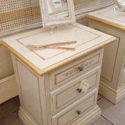 Coppia di comodini laccati a mano in legno di tiglio con cornice a terra e tre cassetti.Particolare.Arredamento contemporaneo su misura Siena e Firenze