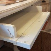 Scrittoio porta computer in ciliegio laccato con un cassetto e un tiretto laterale e cassettiera a rullo.Apertura piano. Arredamento contemporano su misura Siena e Firenze