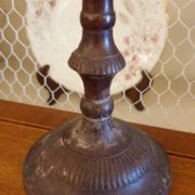 Coppia di candelabri antichi in ottone tornito dei primi del novecento.Particolare base di appoggio.Mobili antichi Siena e Firenze