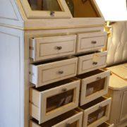 Cassettiera Credenza in legno di tiglio laccata a mano.Cassetti aperti.Arredamento classico contemporaneo Siena e Firenze