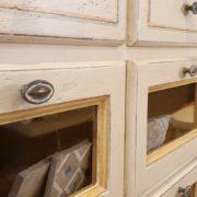 Cassettiera Credenza in legno di tiglio laccata a mano.Particolare cassetti.Arredamento classico contemporaneo Siena e Firenze