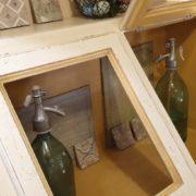 Cassettiera Credenza in legno di tiglio laccata a mano.Particolare sportelli.Arredamento classico contemporaneo Siena e Firenze