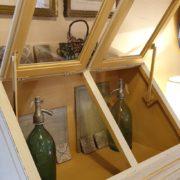 Cassettiera Credenza in legno di tiglio laccata a mano.Sportelli aperti.Arredamento classico contemporaneo Siena e Firenze