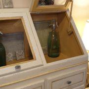 Cassettiera Credenza in legno di tiglio laccata a mano.Sportello aperto.Arredamento classico contemporaneo Siena e Firenze