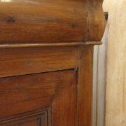 Credenza antica metà '800 in noce massello Luigi Filippo stile Cappuccino.Particolare angolo.Mobili antichi Siena e Firenze
