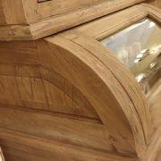 Credenza con alzata a vetrina in legno di teak antico riciclato.Particolare ante a vetro bombate.Arredamento classico contemporaneo Siena e Firenze.