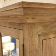 Credenza con alzata a vetrina in legno di teak antico riciclato.Particolare cappello.Arredamento classico contemporaneo Siena e Firenze.