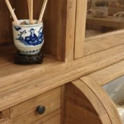 Credenza con alzata a vetrina in legno di teak antico riciclato.particolare centrale.Arredamento classico contemporaneo Siena e Firenze .
