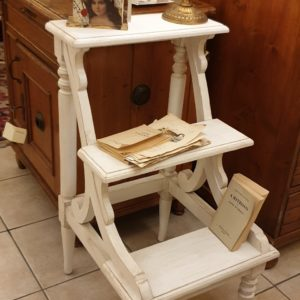Libreria scaletta Old White in legno di mogano massello anticato laccato bianco. Arredamento classico contemporaneo Siena e Firenze
