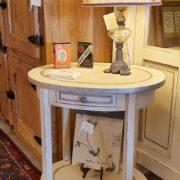 Tavolino ovale in legno di pioppo con un cassetto ed un ripiano laccato a mano.Arredamento classico contemporaneo Siena e Firenze