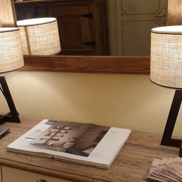 Coppia di lampade Aura con base in ferro e paralume cilindrico. Arredamento classico contemporaneo Siena e Firenze.