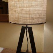 Coppia di lampade Aura con base in ferro e paralume cilindrico.Particolare .Arredamento classico contemporaneo Siena e Firenze